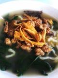 Een kom yummy noedelsoep met fijngehakt komt en groene groenten samen royalty-vrije stock fotografie