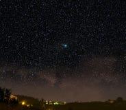 Een komeet in een nachtscène. De ster van Kerstmis? Royalty-vrije Stock Afbeelding
