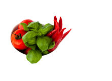 Een komhoogtepunt van tomaten, pepperonis en basilicum Royalty-vrije Stock Fotografie