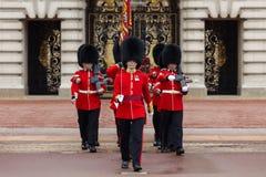 Een koninklijke Wacht bij Buckingham Palace Royalty-vrije Stock Foto's