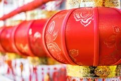 Een koord van geborduurde rode lantaarns tijdens Chinees Nieuwjaar royalty-vrije stock foto's