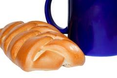Een kop en een broodje Royalty-vrije Stock Foto's