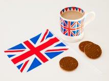 Een kop Engelse thee en chocoladekoekjes met een vlag Stock Afbeeldingen