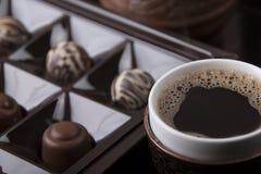 Een kop hete koffie en chocoladesnoepjes Stock Foto
