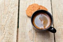 Een kop hete koffie en havermeelkoekjes in de vroege ochtend Stock Fotografie