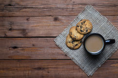 Een kop hete koffie en koekjes op de houten lijst, hoogste mening Stock Fotografie