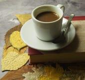 Een kop koffie en bladeren stock foto