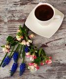 Een kop koffie en mooie bloemen Stock Foto's