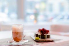 Een kop koffie en sushi in een koffie Royalty-vrije Stock Fotografie