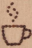 Een kop koffiebonen. Stock Afbeeldingen