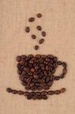 Een kop koffiebonen. Stock Foto's
