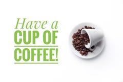 Een kop op witte achtergrond en het bericht ` hebben een kop van koffie! ` Stock Foto's