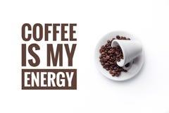 Een kop op witte ` KOFFIE als achtergrond en bericht IS MIJN ENERGIE ` Stock Foto