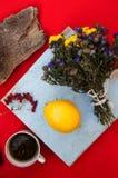 Een kop thee, citroen op een rode achtergrond, voedsel en drank, mes en vork, theetijd, de mening van de ontbijttijd van hierbove Stock Fotografie