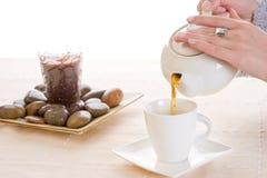 Een kop thee die wordt gegoten Stock Foto's
