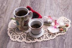 Een kop thee en bloemen op een houten lijst royalty-vrije stock fotografie