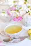 Een kop thee en een kosmos royalty-vrije stock afbeeldingen