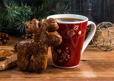 Een kop thee en een peperkoek in de vorm van een hert Royalty-vrije Stock Afbeeldingen