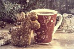 Een kop thee en een peperkoek in de vorm van een hert Stock Foto's