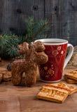 Een kop thee en een peperkoek in de vorm van een hert Royalty-vrije Stock Afbeelding