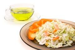 Een kop thee en een plaat van salat Royalty-vrije Stock Afbeeldingen