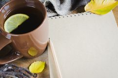 Een kop thee en een leeg notitieboekje voor schets stock foto's