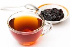 Een kop thee en pruimjam Stock Fotografie