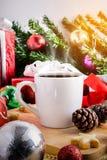 Een kop thee of een koffie met Feestelijke Decoratie, Kerstmis en Ne Stock Foto