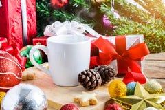 Een kop thee of een koffie met Feestelijke Decoratie, Kerstmis en Ne Stock Afbeeldingen