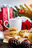 Een kop thee of een koffie met Feestelijke Decoratie, Kerstmiskoekje Royalty-vrije Stock Afbeeldingen