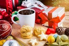Een kop thee of een koffie met Feestelijke Decoratie, Kerstmiskoekje Royalty-vrije Stock Foto