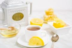 Een kop thee met citroen en honing Stock Foto's
