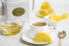 Een kop thee met citroen en honing Stock Afbeelding