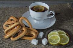 Een kop thee met citroen en ongezuurde broodjes Stock Foto's