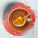 Een kop thee met oranje plakken stock foto