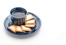 een kop thee met romig koekje stock afbeelding