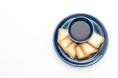 een kop thee met romig koekje stock foto's