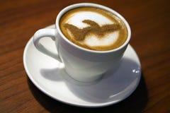 Een kop van cappuccino op de lijst royalty-vrije stock foto's