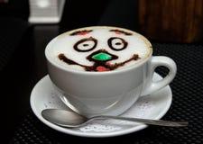 Een kop van cappuccino op een schotel stock afbeelding