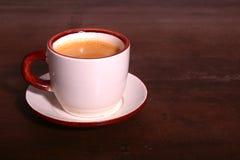 Een kop van espresso op een donkere houten achtergrond Royalty-vrije Stock Fotografie