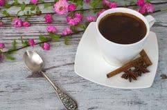 Een kop van geurige koffie, en bloemen, en gesponnen Stock Afbeeldingen
