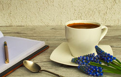 Een kop van geurige koffie en een pen Stock Foto's