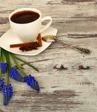 Een kop van geurige ochtendkoffie Stock Afbeeldingen