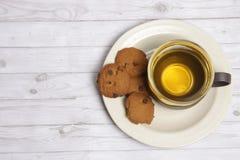 Een kop van groene thee met choco breekt koekjes af stock afbeelding