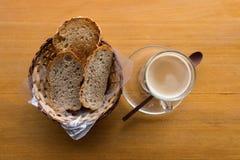 Een kop van heet cappuccino en brood Stock Fotografie