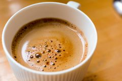 Een kop van het tevredenstellen van ochtendkoffie op de ontbijtlijst royalty-vrije stock foto's