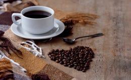 Een kop van hete koffie Zwarte koffie drinkt Daling van het van Achtergrond korrelskranten de Houten Geruite Plaidhart stock foto's