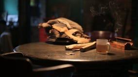 Een kop van hete thee op houten lijst stock videobeelden