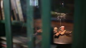 Een kop van hete thee op houten lijst stock footage