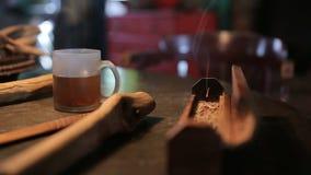 Een kop van hete thee op houten lijst stock video